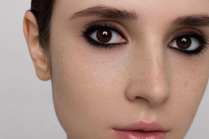 tự trang điểm.  Phụ nữ ở Ấn Độ không thích trang điểm cho lắm. Tuy nhiên, đôi khi họ tự trang điểm bằng chất liệu hữu cơ, nhẹ nhàng trên da và có mùi thơm tự nhiên.