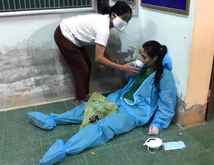 Chị Hằng được đồng nghiệp tiếp nước, lấy lại sức