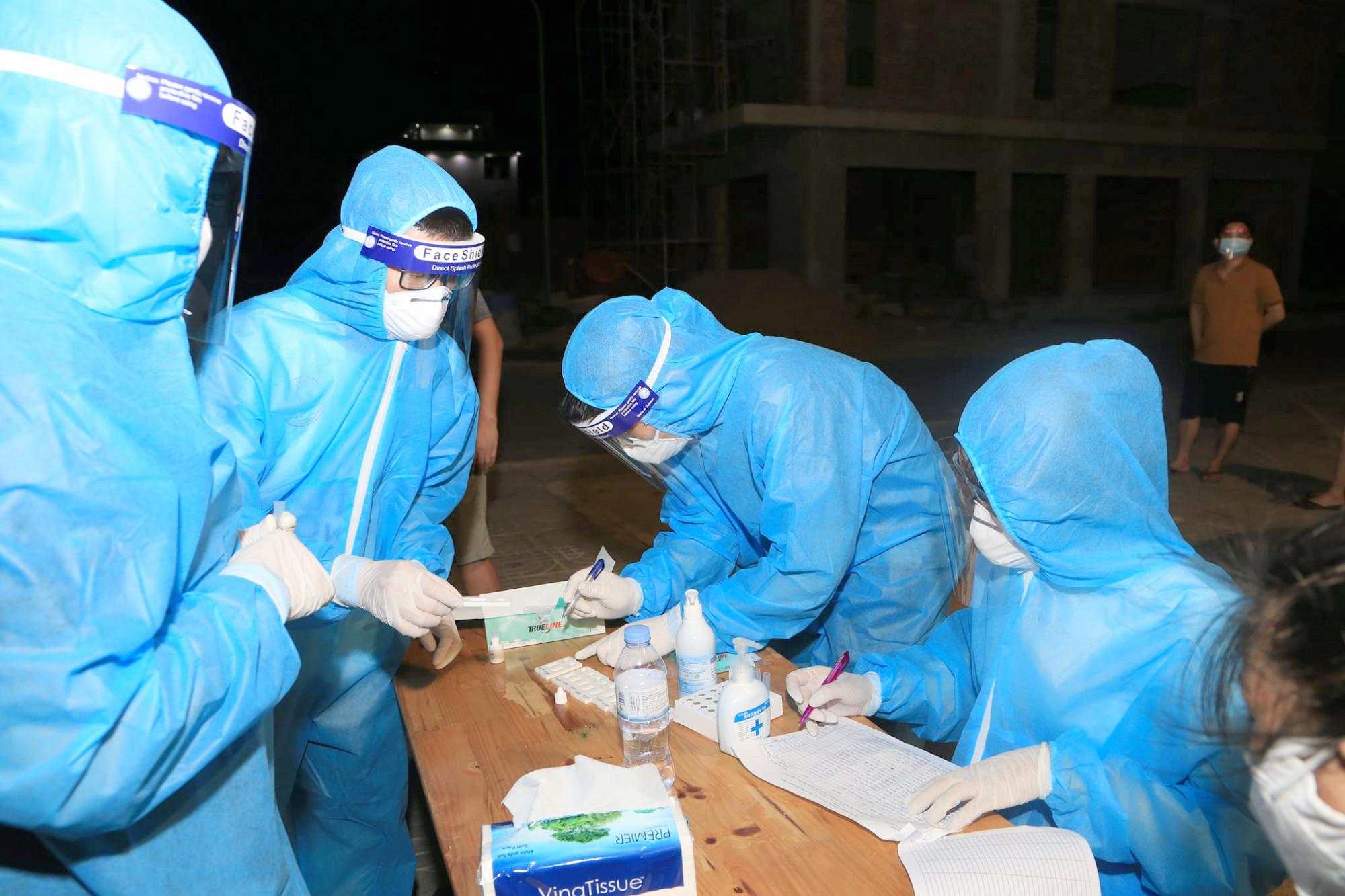 Hàng trăm cán bộ y tế của các bệnh viện trên địa bàn Nghệ An được điều động tham gia chiến dịch test nhanh COVID-19 cho người dân TP.Vinh