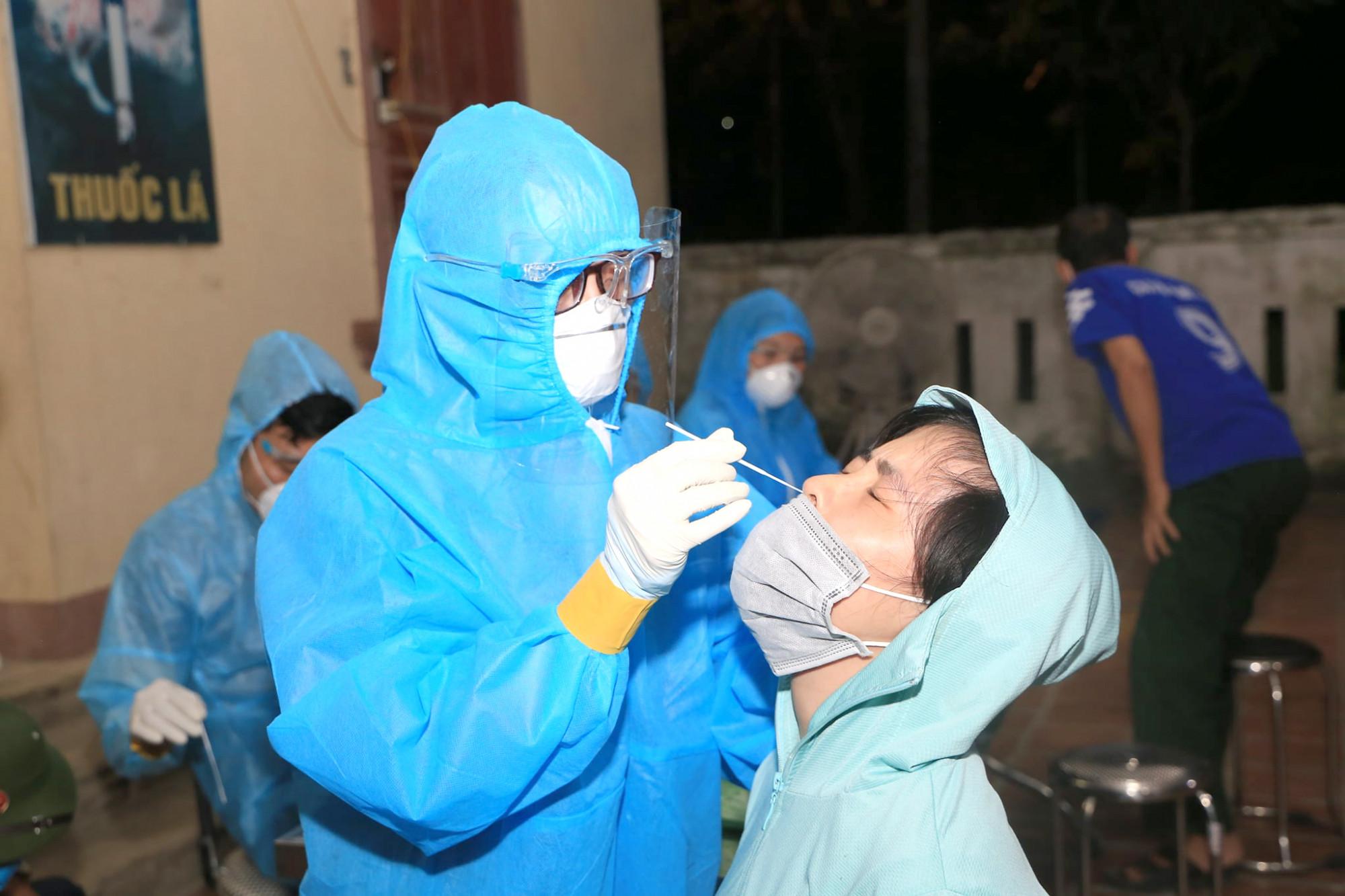 Hàng trăm bác sĩ được huy động tham gia chiến dịch test nhanh cho người dân TP. Vinh