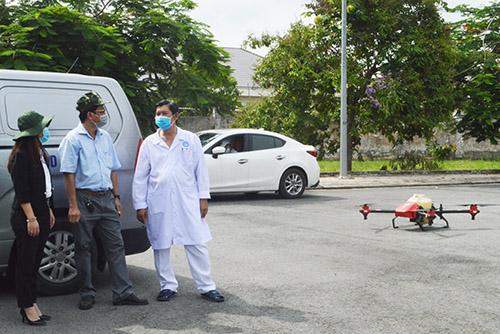 Thực hiện phun xịt khử khuẩn toàn khuôn viên Bệnh viện Lao và bệnh Phổi TP Cần Thơ bằng thiết bị bay không người lái.