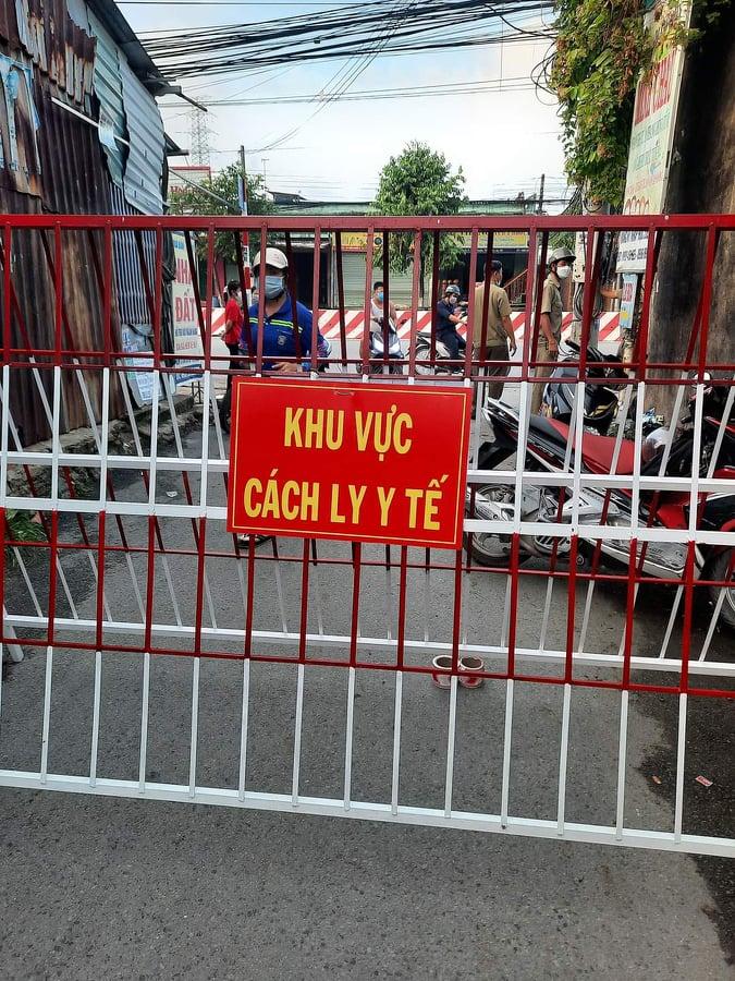 Một con đường ở phường Bình Chuẩn bất ngờ bị phong toả vào sáng ngày 21/6 khiến nhiều người dân không kịp trở tay