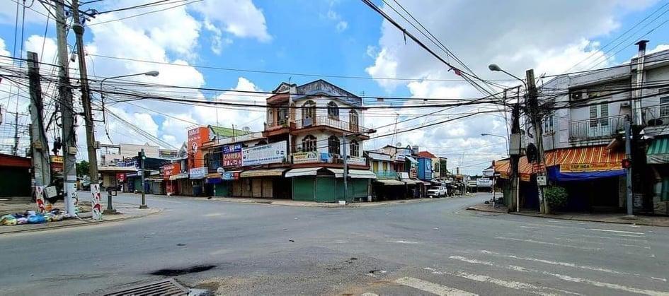 Ngã tư chợ Tân Phước Khánh, phường Tân Phước Khánh (thị xã Tân Uyên) không một bóng người