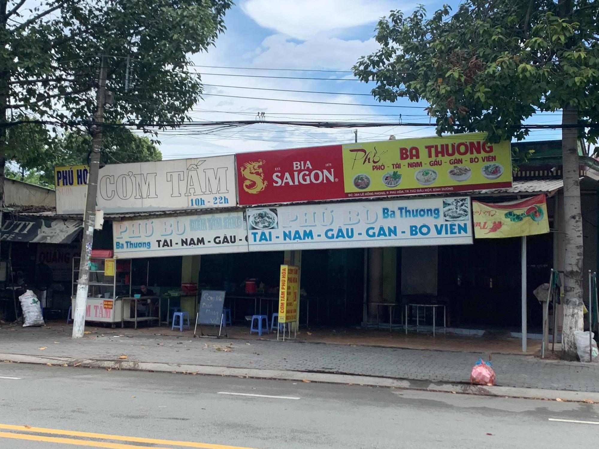 Một quán cơm mở cửa bán mang về nhưng