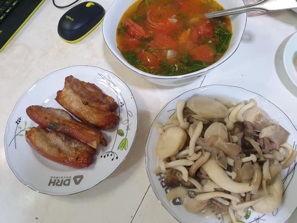 Một bữa cơm giản dị được nấu từ gian hàng 0 đồng của cư dân trong chung cư bị phong toả.