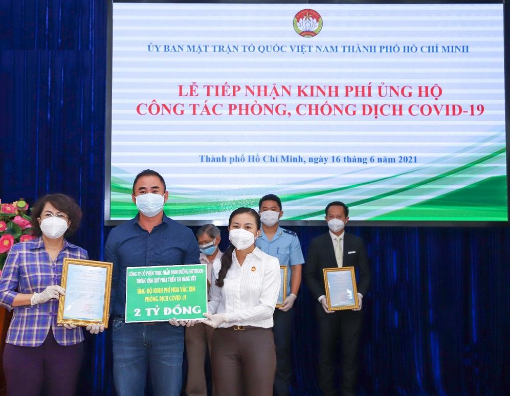 Đại diện Quỹ Phát triển Tài năng Việt của Ông Bầu trao tặng 2 tỷ đồng cho Quỹ Vắc xin Phòng, chống COVID-19 thông qua Ủy ban Mặt trận Tổ Quốc Việt Nam TPHCM - Ảnh: Nutifood