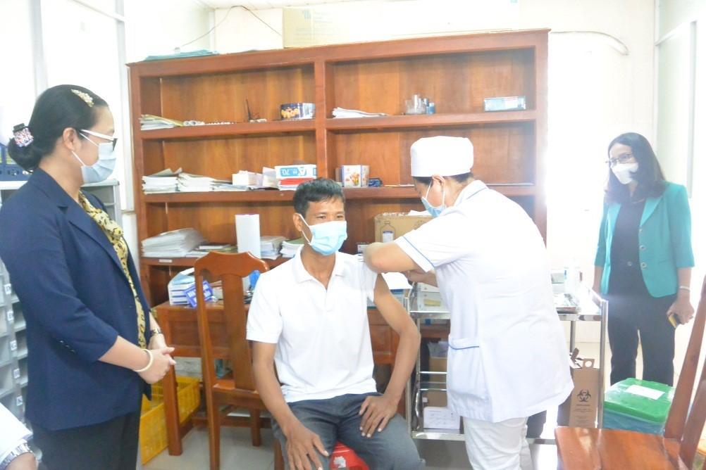Lãnh đạo tỉnh Vĩnh Long kiểm tra việc thực hiện tiêm chủng vắc xin phòng COVID-19