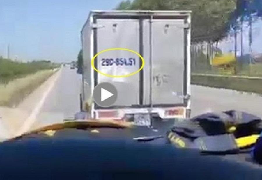 Tài xế xe tải nhất quyết không nhường đường xe cấp cứu chở bệnh nhân COVID-19