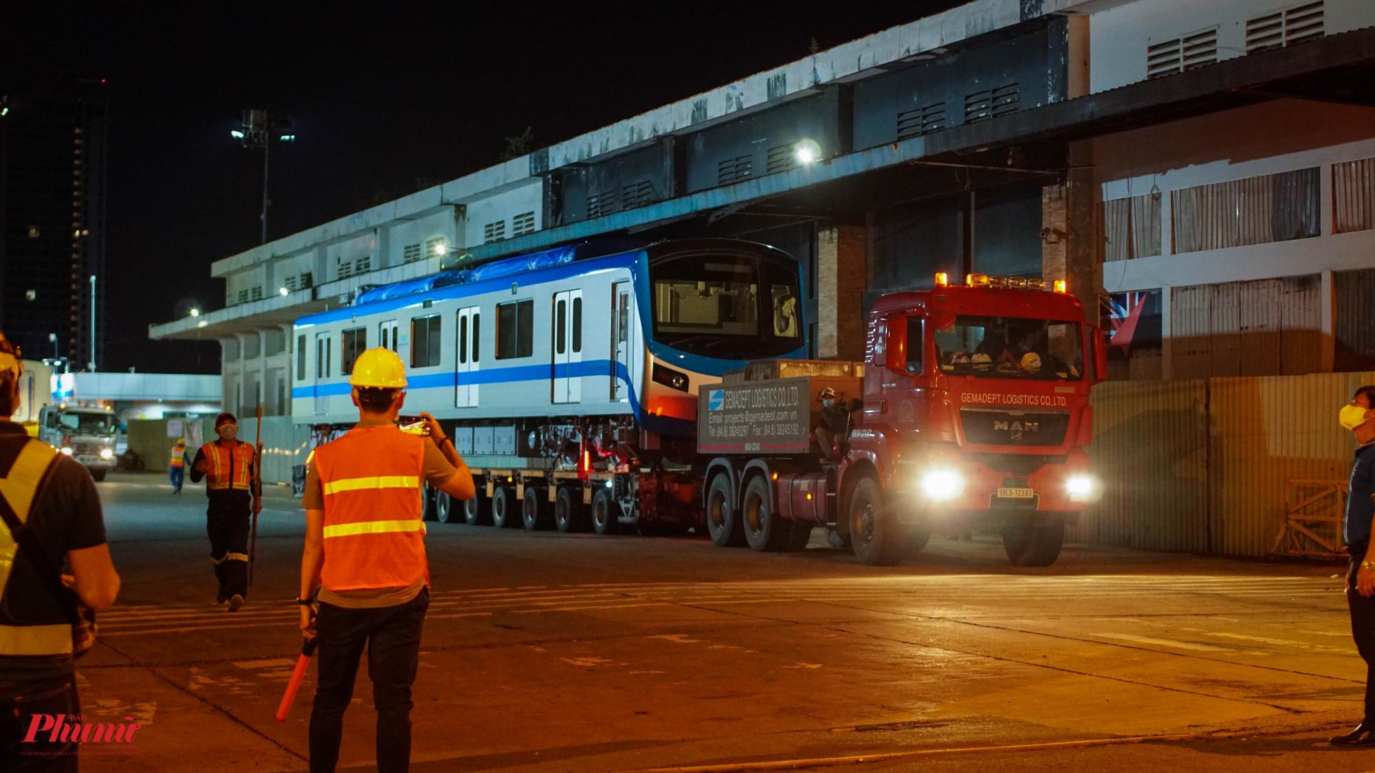 Đúng 0 giờ ngày 21/6, đàu tàu số 4 được vận chuyển về depot Long Bình