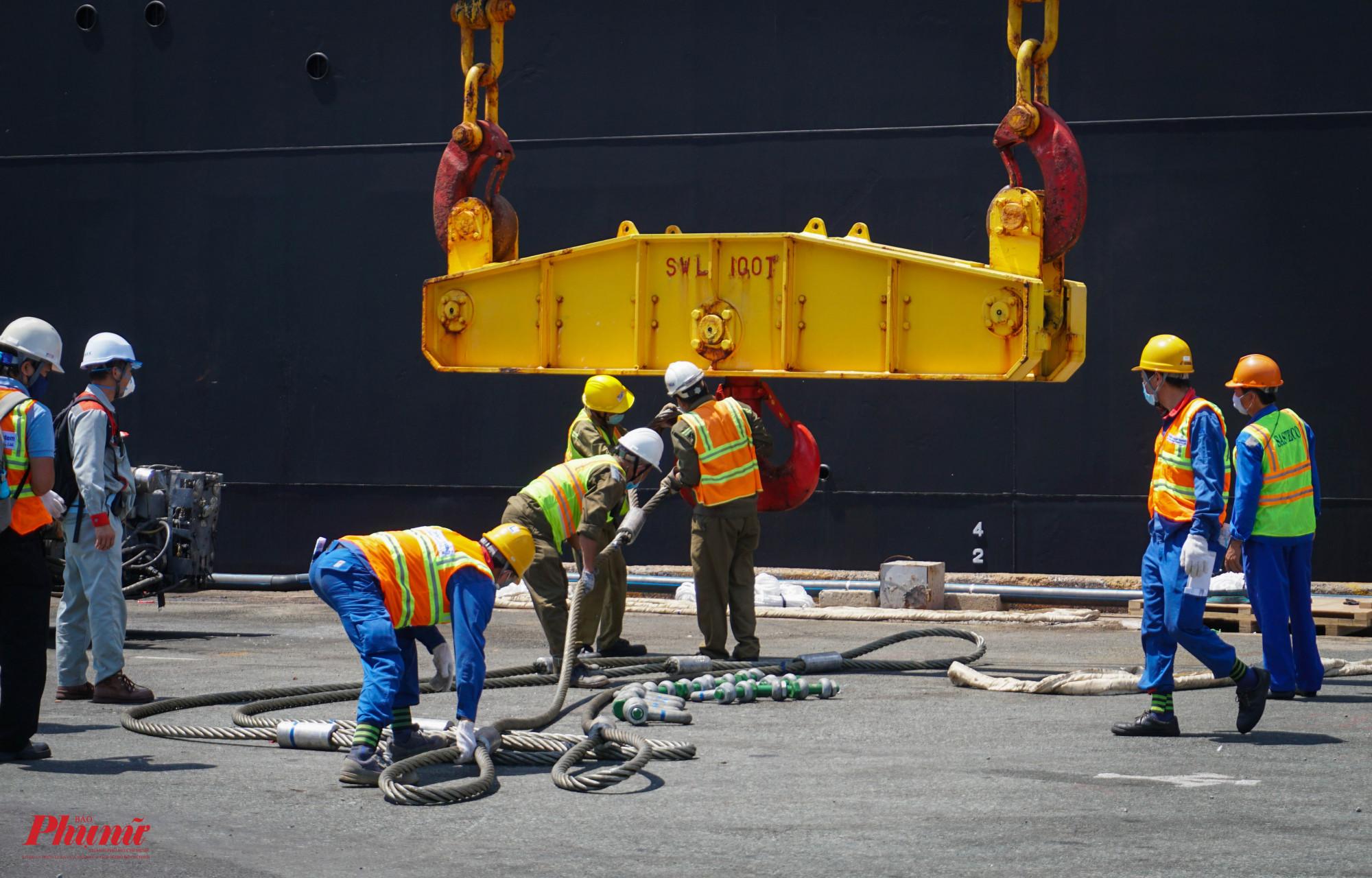 Tàu cập bến, công tác chuẩn bị để đưa đoàn tàu lên xe siêu trọng, siêu trường được triển khai cẩn thận