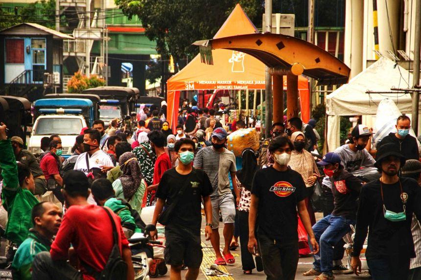 Mọi người mua sắm tại chợ bán buôn Tanah Abang trước lễ kỷ niệm Eid al-Fitr ở Jakarta vào ngày 3 tháng 5 năm 2021