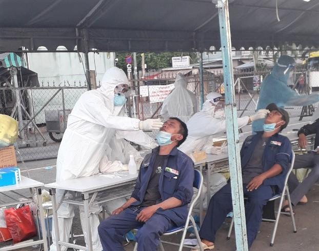 Lấy mẫu xét nghiệm COVID-19 cho người dân ở Hóc Môn.