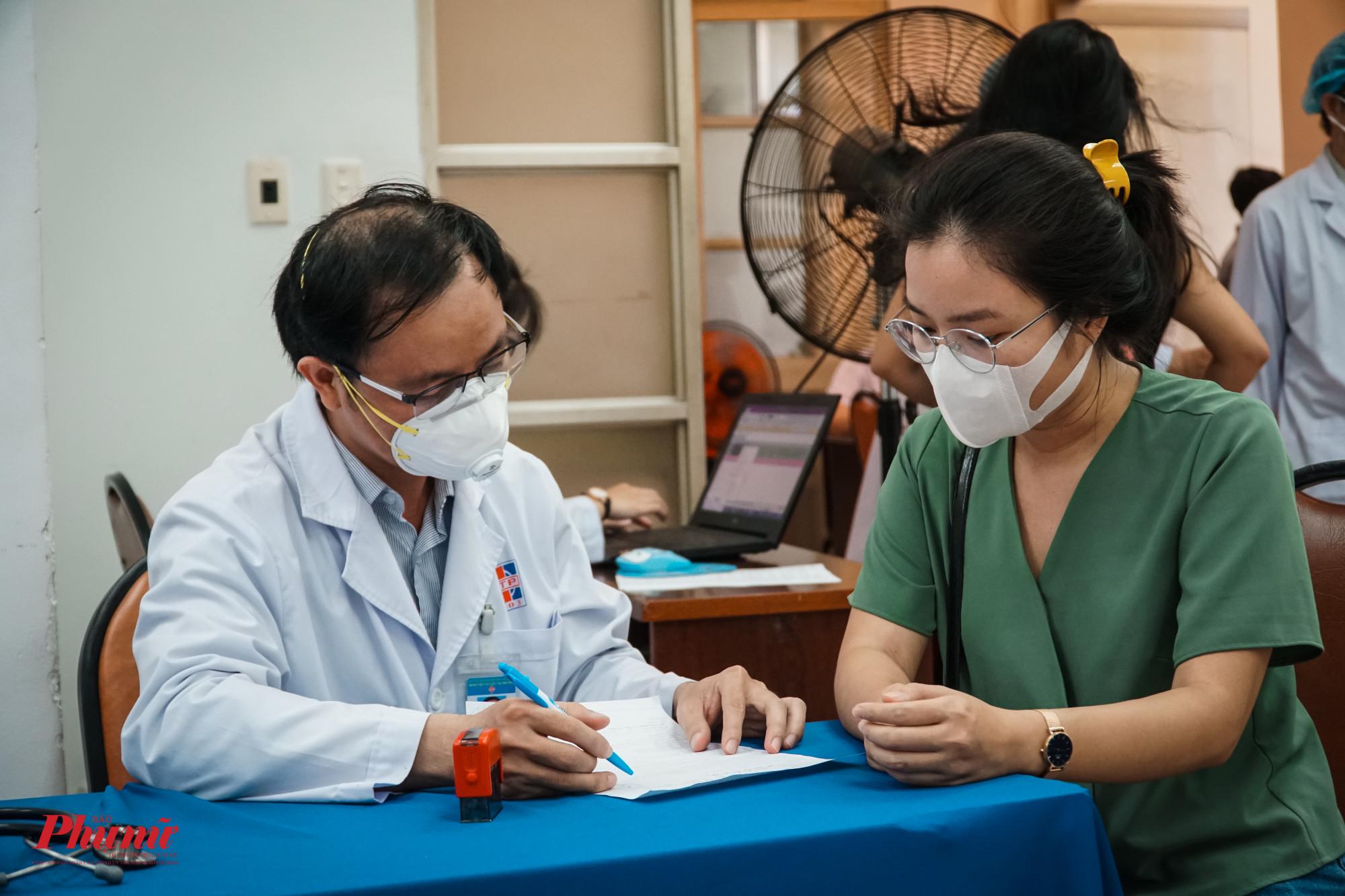 Trước khi tiếm, các phóng viên được hướng dẫn, tư vấn các triệu chứng thường gặp sau tiêm