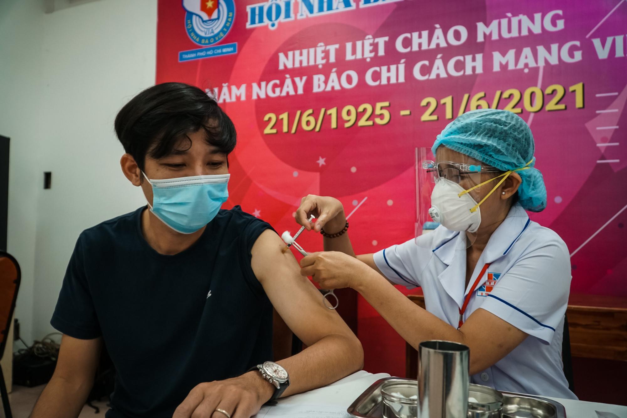 Sau khi tiêm vaccine, phóng viên phải ngồi lại theo dõi 30 phút, sau đó mới được ra về