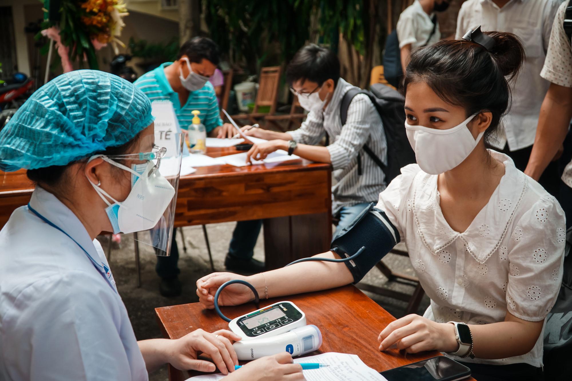 Phóng viên được đo huyết áp trước khi vào tiêm, trường hợp huyết áp cao, sẽ được nghĩ ngơi và tiến hành đo lại sau