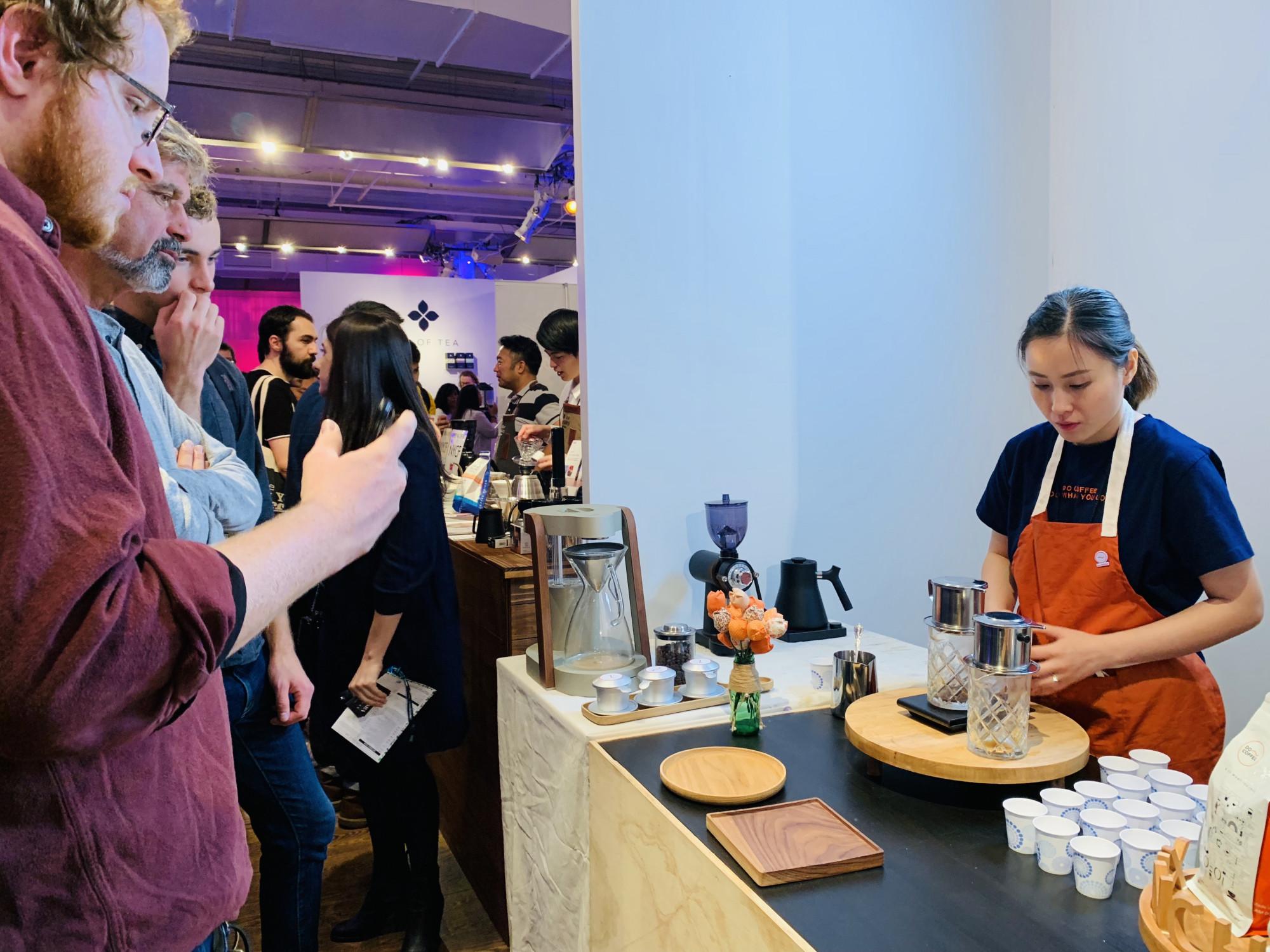 Khuyên giới thiệu cách thức pha phin truyền thống của Việt Nam tại Lễ hội cà phê New York năm 2019 (New York Coffee Festival). Ảnh: nhân vật cung cấp