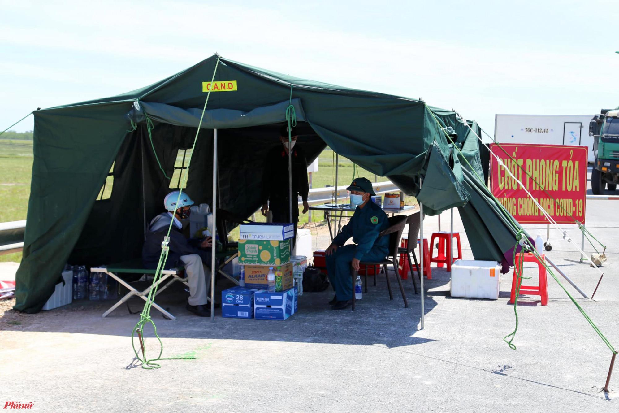 Lều bạt tối màu, hấp thu nhiệt lớn khiến nhiệt độ bên trong lúc đứng gió càng thêm nóng hơn ngoài trời