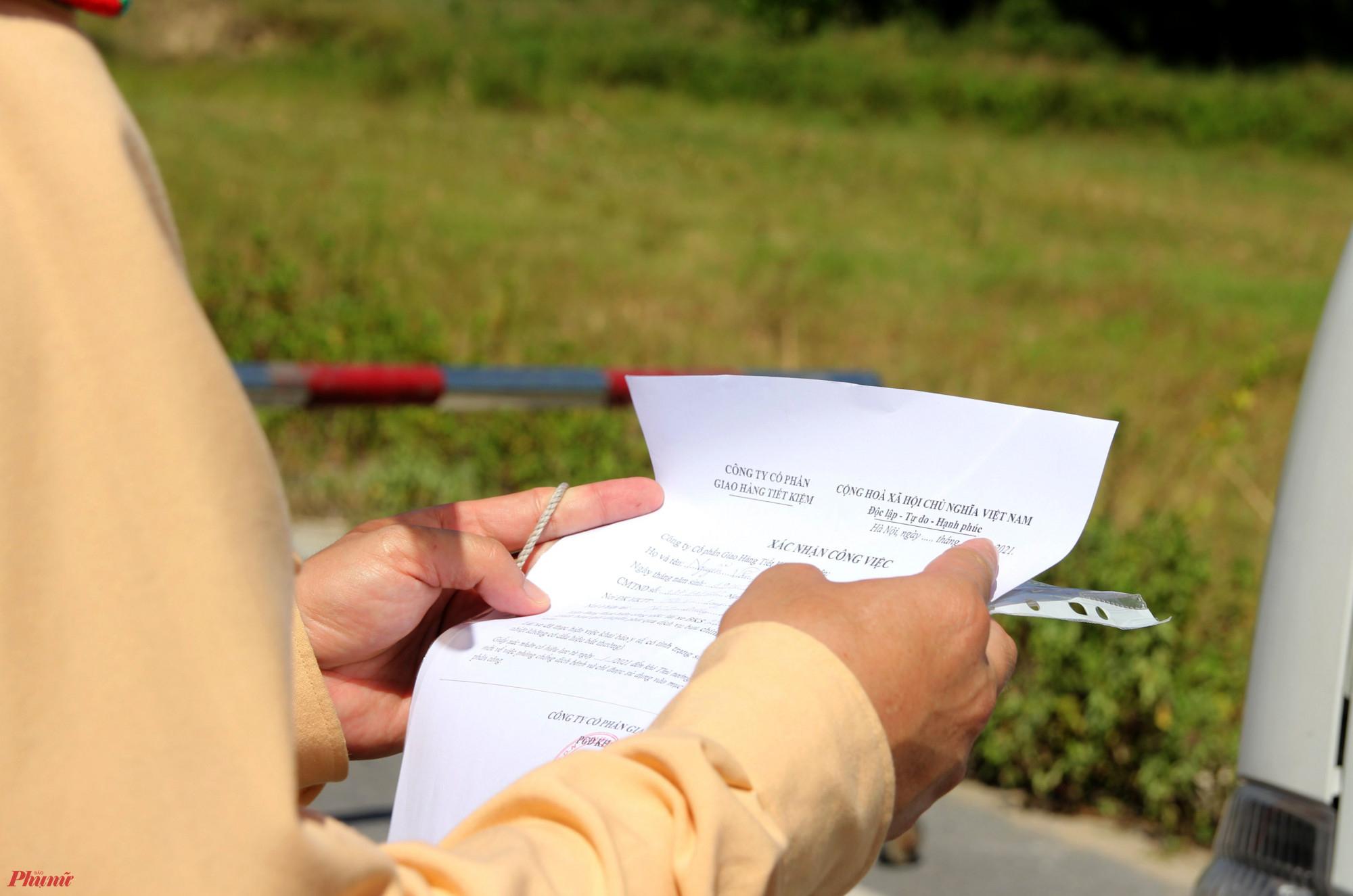 Kiểm tra kỹ lưỡng giấy tờ của những chủ phương tiện ra vào chốt