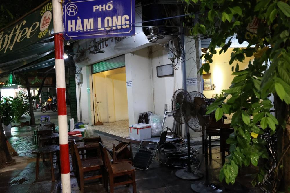 Các quán cà phê trên phố Hàm Long cũng đang tiến hành dọn dẹpNhững công đoạn cuối cùng để chuẩn bị mở cửa đón khách được các nhà hàng nghiêm túc thực hiện.
