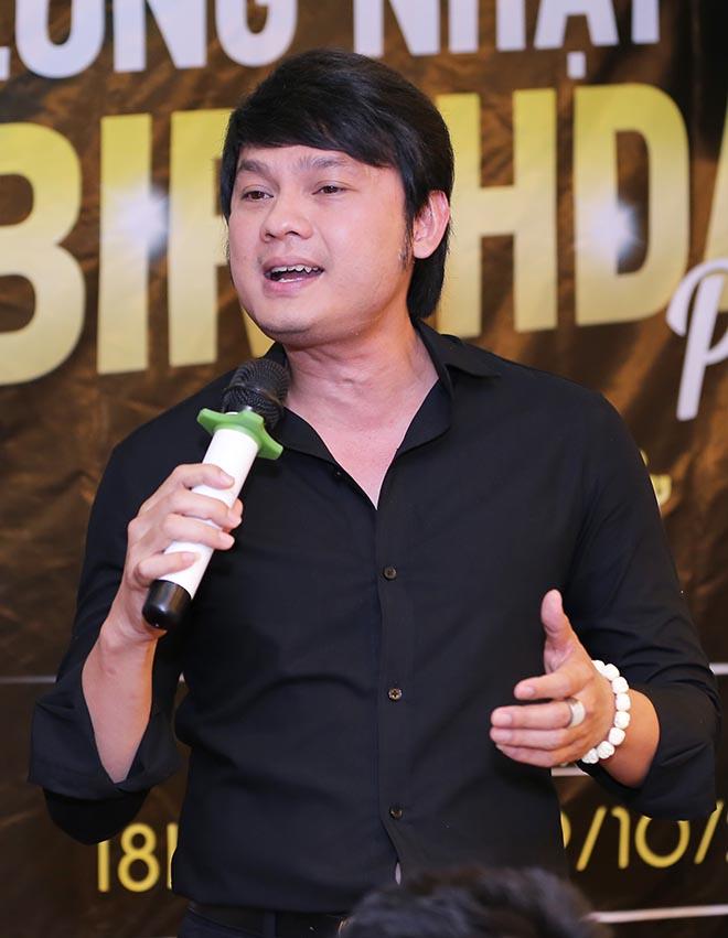 Vì công việc ca hát nên những năm qua anh thường di chuyển giữa Việt Nam và Mỹ