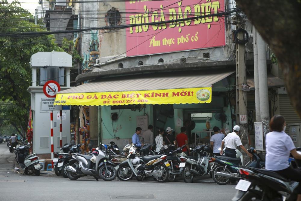 Kể từ 0h ngày …,các dịch vụ cắt tóc, ăn uống phục vụ trong nhà tại Hà Nội đã được phép mở cửa trở lại, với điều kiện phải bảo đảm giãn cách, khuyến khích việc bán mang về.
