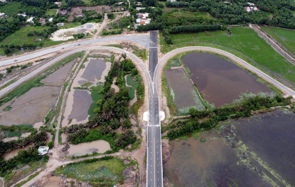 Các tuyến đường dẫn từ nút giao thông 319 ra cao tốc HLD cũng đã hoàn thành. Trong những ngày này, Nhà thầu đang thi công lắp đặt hệ thống chiếu sáng, các hạng mục phụ khác