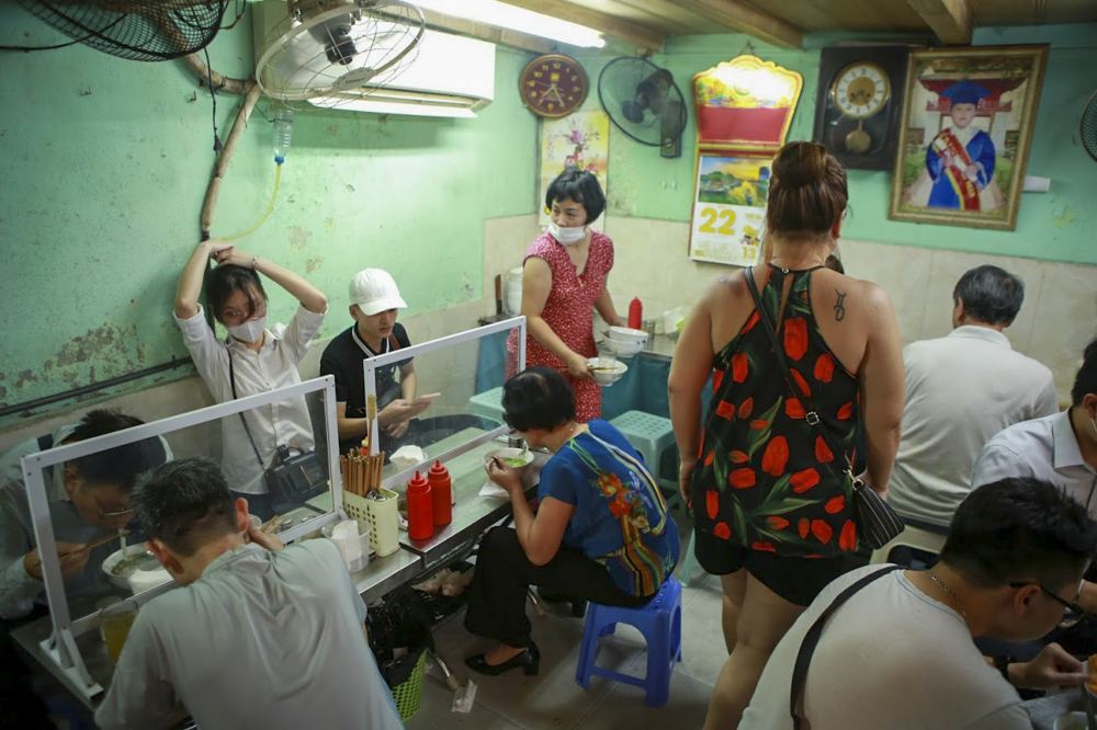 Quán phở gà đặc biệt ở phố Hàng Điếu (Hoàn Kiếm, Hà Nội) đón khá đông khách vào sáng nay.