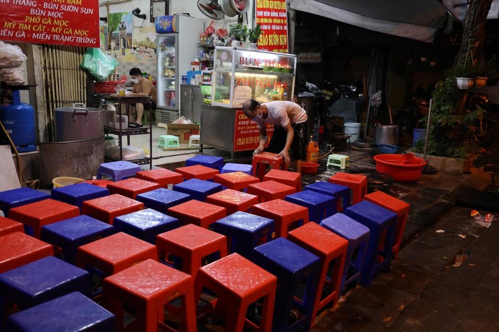 Nhiều tuyến phố khác mặc dù đêm khuya, nhưng nhiều chủ quán ăn uống vẫn cho nhân viên dọn rửa.