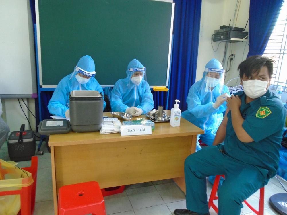 Tiêm vắc xin cho người dân