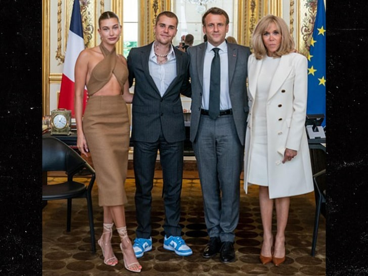 Trong khi đó, Tổng thống Pháp và phu nhân khá lịch sự với trang phục vest và váy dài