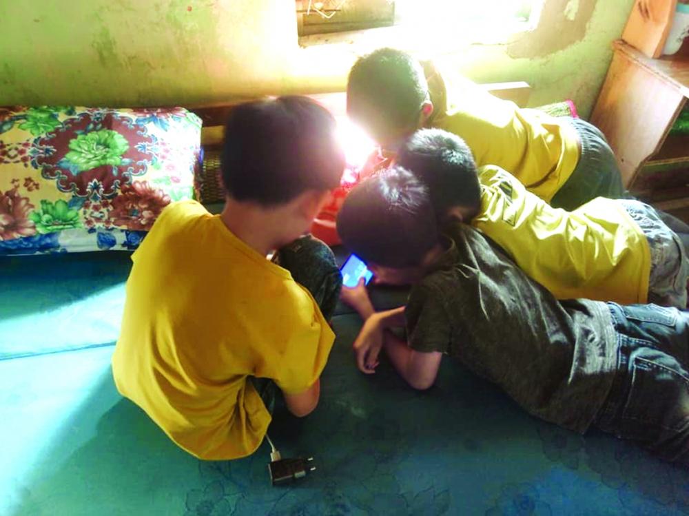 Dịch COVID-19 khiến trẻ em dành nhiều thời gian hơn trên các nền tảng ảo, gia tăng nguy cơ bị xâm hại ẢNH: S.V