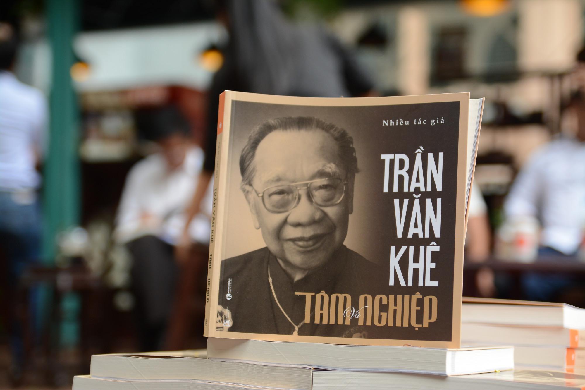 Cuốn sách được bán với giá 110.000 đồng. Toàn bộ số tiền thu về được quyên vào Quỹ học bổng Trần Văn Khê.