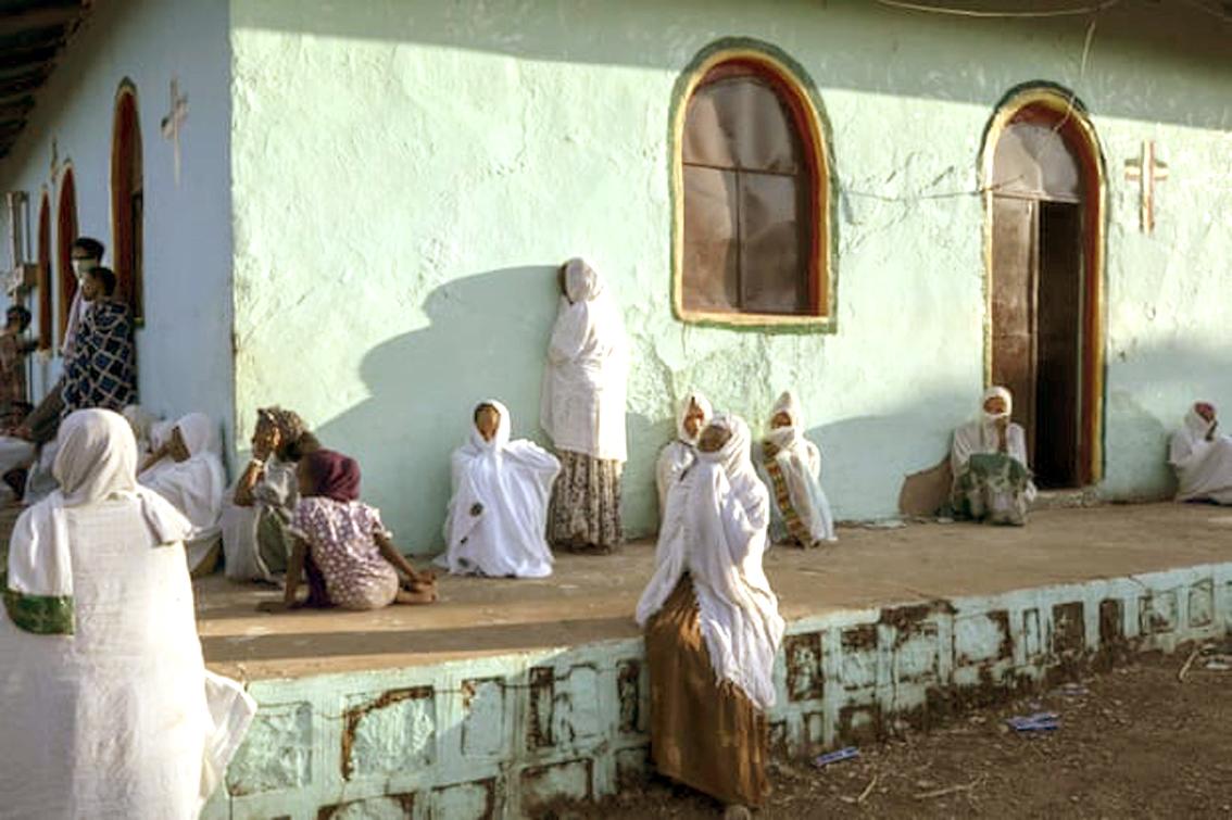 Những phụ nữ chạy trốn khỏi cuộc xung đột ở vùng Tigray của Ethiopia  cầu nguyện tại nhà thờ gần trại tị nạn Um Rakuba, miền Đông Sudan - Ảnh: AP