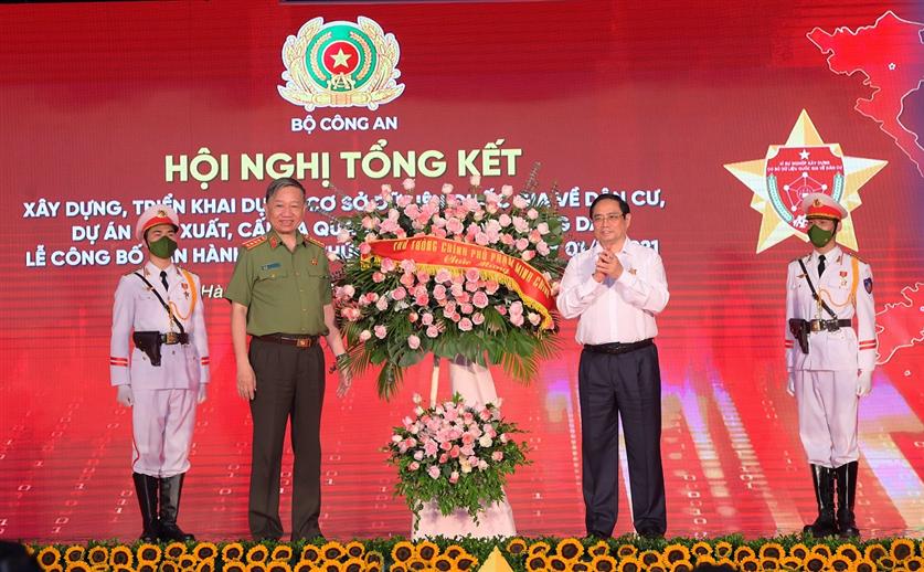 Thủ tướng Phạm Minh Chính tặng hoa chúc mừng hội nghị. Ảnh: BCA