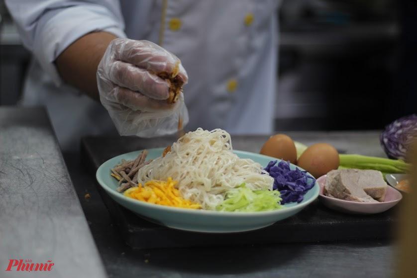 Rắc thêm ít hành phi là món hủ tiếu ngũ sắc ngon miệng, nhiều dinh dưỡng đã sẵn sàng để thưởng thức.
