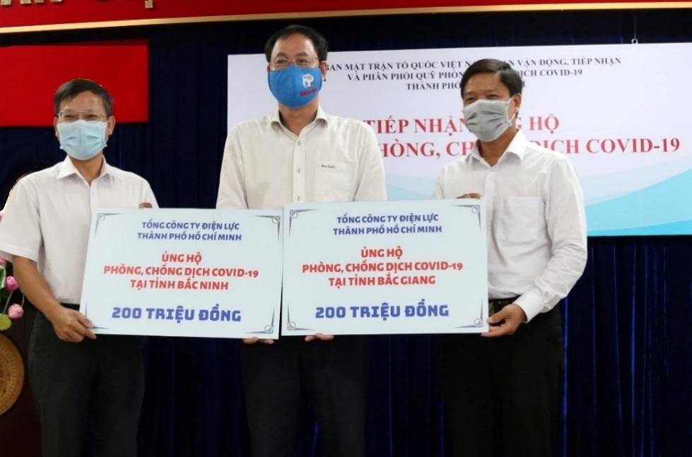 EVNHCMC ủng hộ 2 tỉnh Bắc Giang, Bắc Ninh phòng, chống dịch COVID-19 thông qua Ủy ban Mặt trận Tổ quốc Việt Nam TPHCM. Ảnh: EVNHCMC