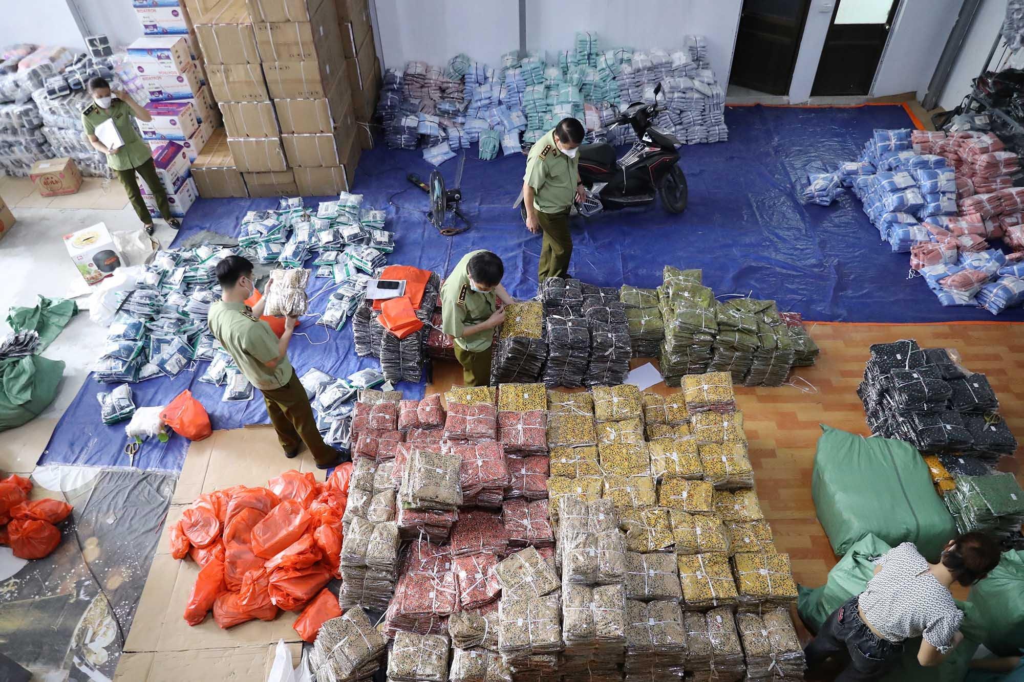 Khoảng 40 tấn hàng vi phạm tại 8 kho của mạng lưới hàng không rõ nguồn gốc