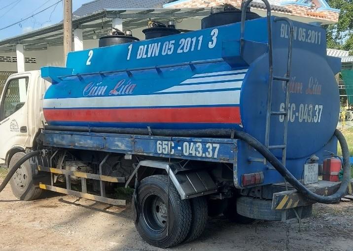 Chiếc xe bồn chở dầu không rõ nguồn gốc bị tạm giữ - Ảnh: cơ quan công an cung cấp