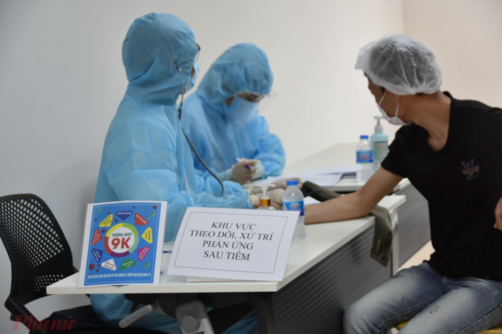 Sau khi tiêm chủng, người dân chờ theo dõi phản ứng sau tiêm, ảnh Trọng Nguyễn