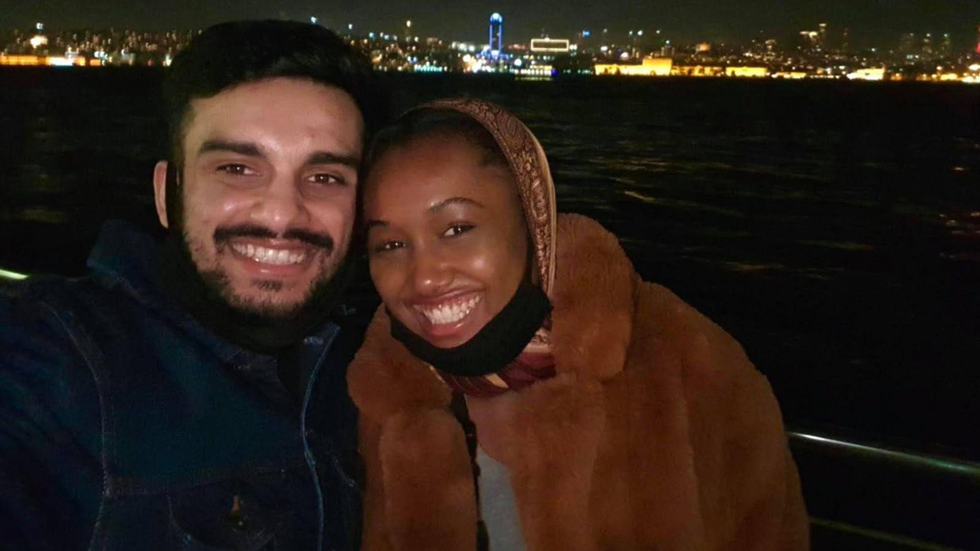 Lần may mắn hiếm hoi cô Dorian (người Mỹ) và anh Mohammad (người Anh) gặp được nhau ở Thổ Nhĩ Kỳ tháng 12/2020 - Ảnh: Sky News