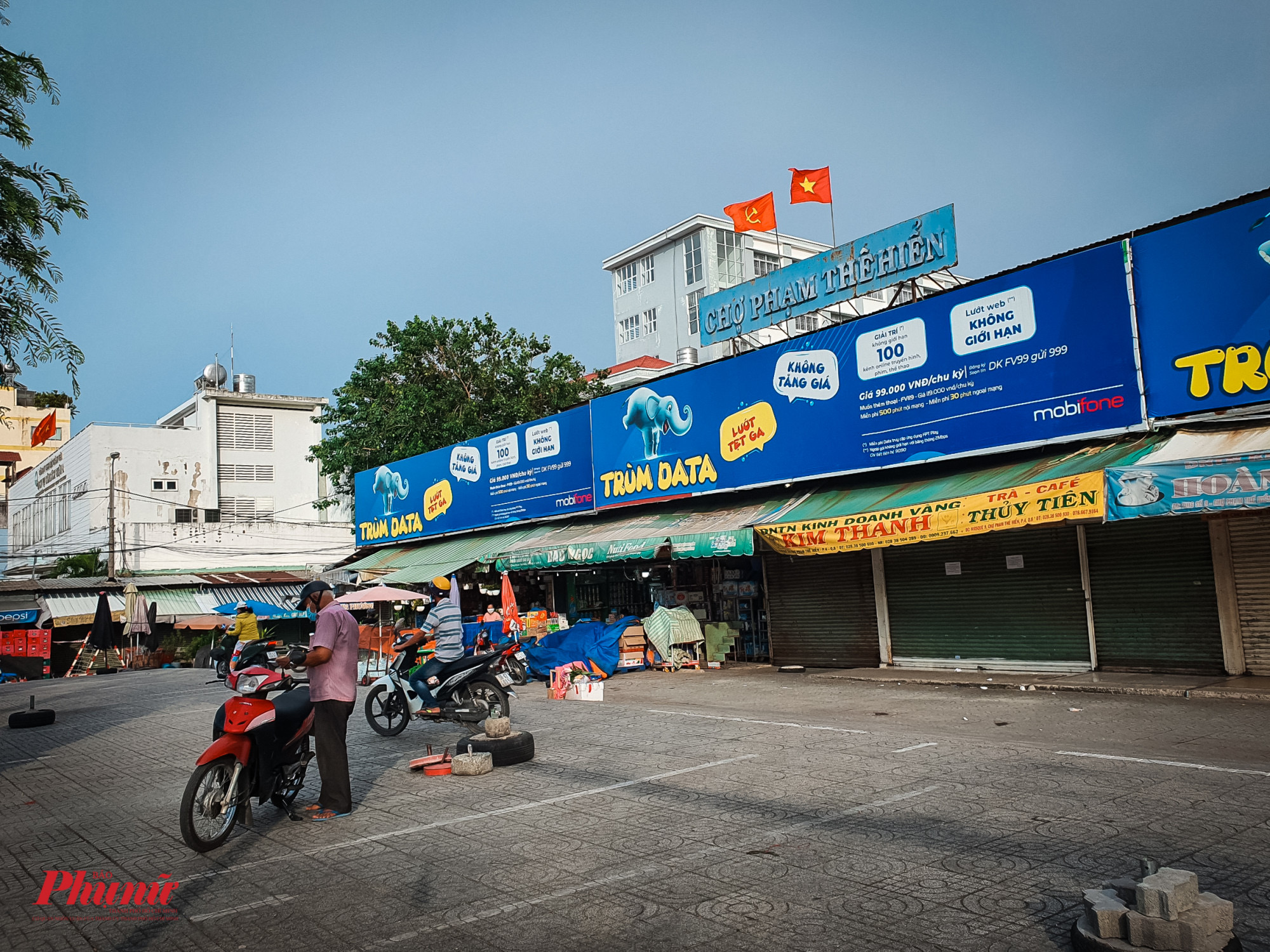 Nhiều gian hàng ở mặt trước chợ Phạm Thế Hiển đã đóng cửa khá nhiều, một số gian hàng vẫn đang tiếp tục dọn dẹp để tạm nghỉ