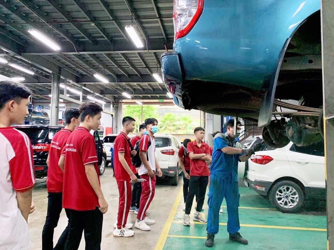 Sinh viên Trường cao đẳng Bách Khoa Sài Gòn trong giờ học thực hành trong thời điểm chưa xảy ra dịch COVID-19 - ẢNH: THANH THANH
