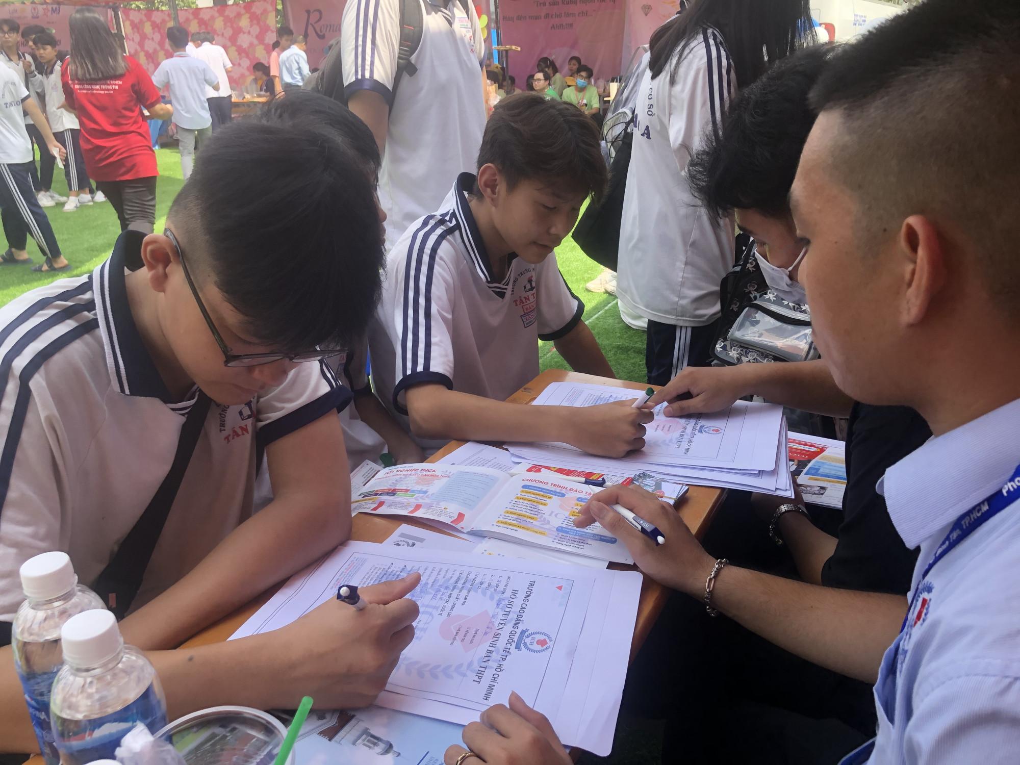 Học sinh lớp 9 tìm hiểu ngành học tại Trường cao đẳng Quốc tế TPHCM