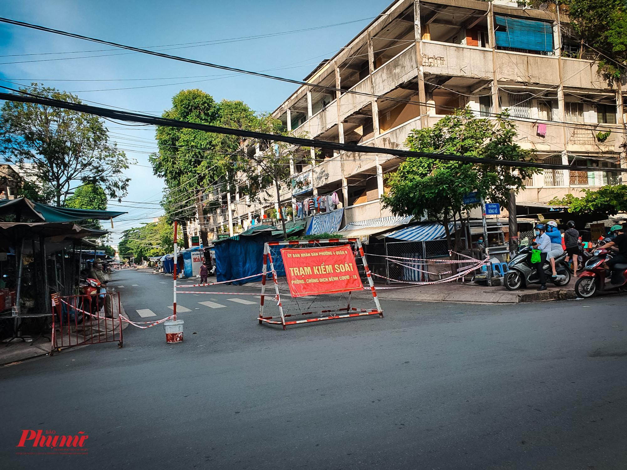 Các hướng vào chợ Phạm Thế Hiển bị phong tỏa khiến nhiều người dân hoang mang