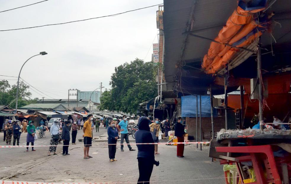 Hàng trăm tiểu thương buôn bán tại chợ được lấy mẫu xét nghiệm
