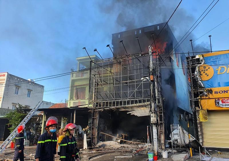 Hiện trường đám cháy  Lực lượng Cảnh sát Phòng cháy chữa cháy Công an tỉnh Phú Yên nỗ lực dập lửa Hầu hết hàng hóa, tài sản, đồ dùng của trung tâm đã bị lửa thiêu rụi