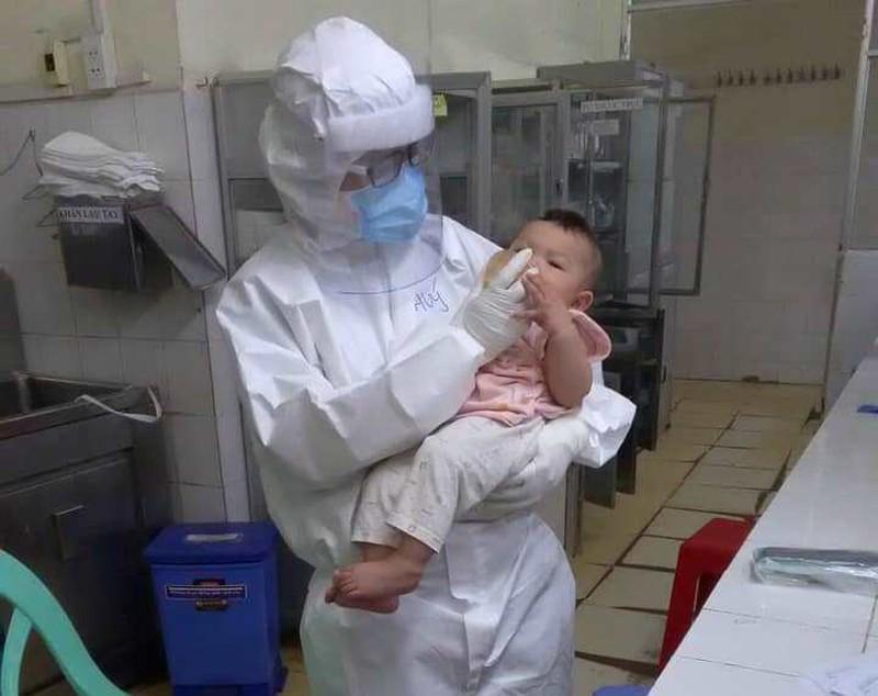 Hình ảnh bác sĩ Thúy cho em bé 7 tháng tuổi uống sữa