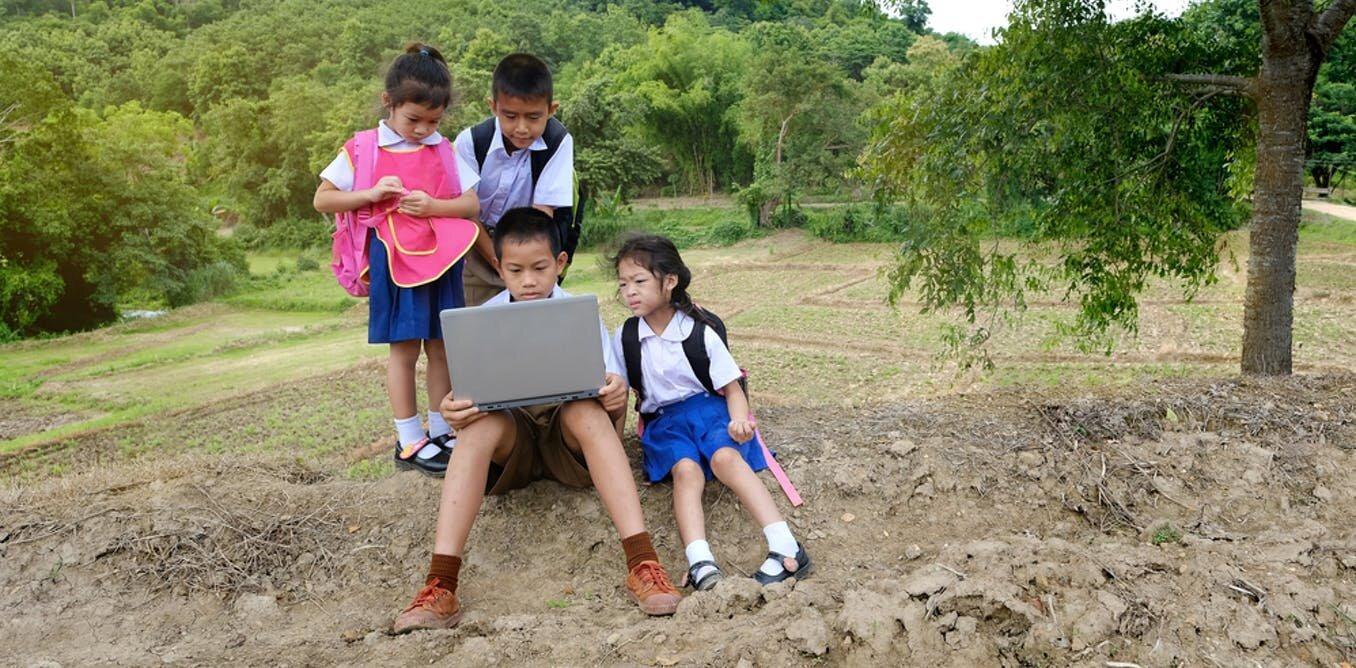 Học sinh ở các nước nghèo vẫn đang gặp khó khăn trong tiếp cận internet phục vụ việc học - Ảnh: Shutterstock