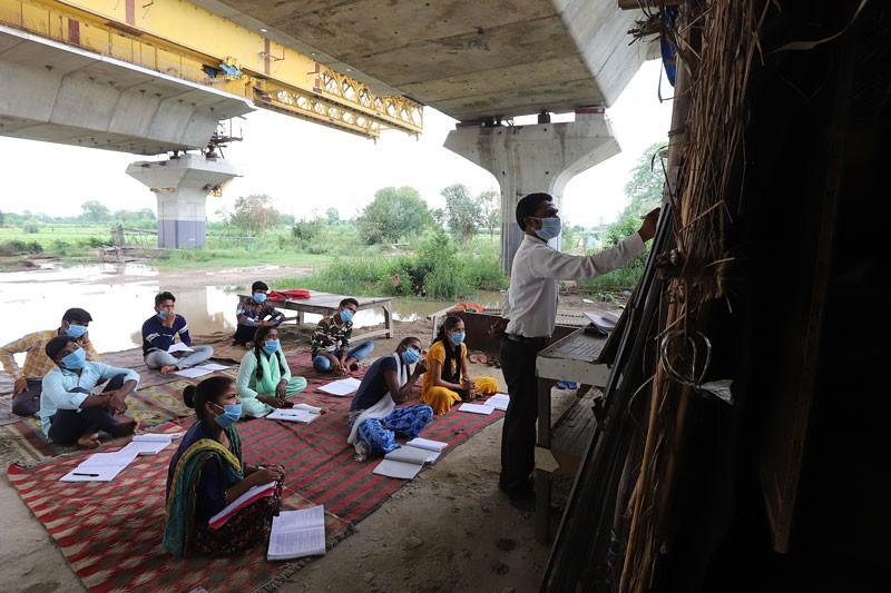 Một lớp học lộ thiên của thầy và trò ở vùng nông thôn nghèo của Ấn Độ - Ảnh: Amarjeet Kumar Singh/Anadolu Agency/Getty