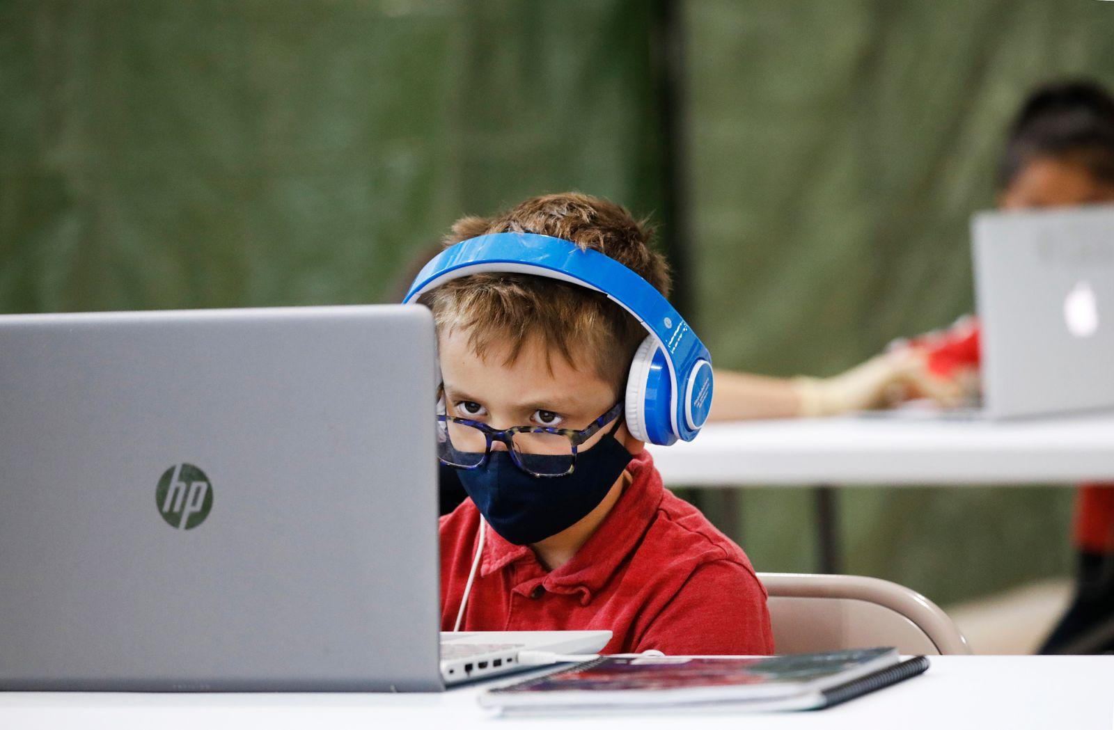 Những lớp học trên mây kết hợp với hình thức học truyền thống đang trở nên quen thuộc với học sinh trong mùa COVID-19 - Ảnh: Al Seib/LA Times/Getty Images